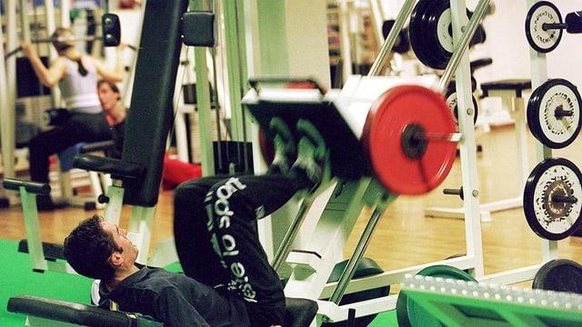 Krafttraining im Fitnessstudio