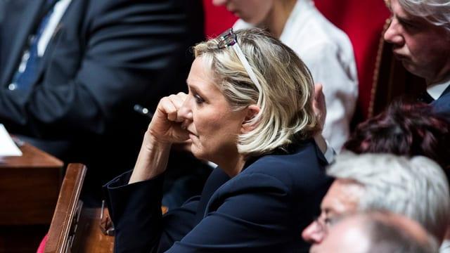 Marine Le Pen verfolgt am 9. Juli in Versailles die Rede Macrons vor dem Kongress zur Lage der Nation.