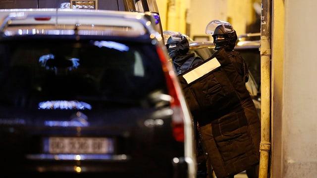 Polizei in Kampfmontur im Einsatz.