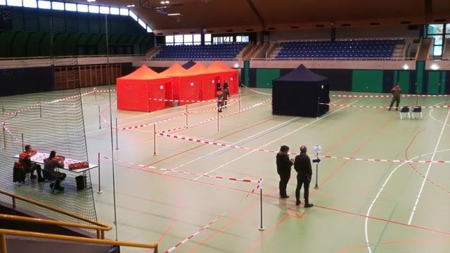 Blick auf 3-Fach-Turnhalle mit einzelnen Zelten