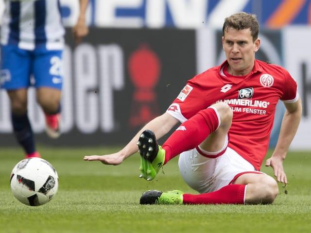 Fabian Frei grätscht in einen Ball