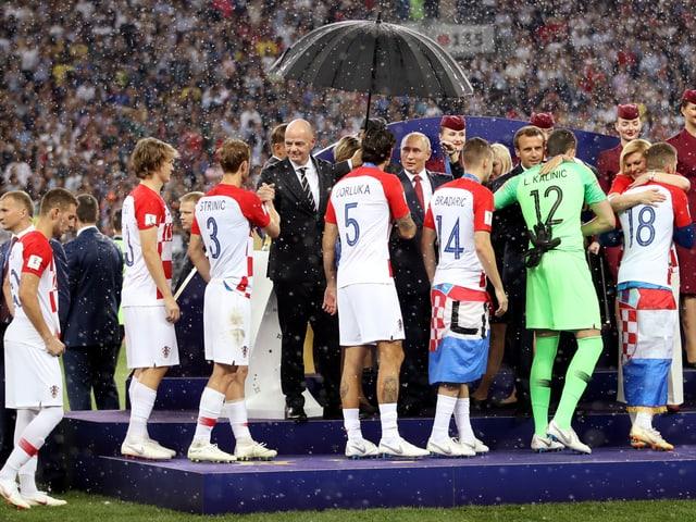Die kroatischen Spieler müssen sich nach dem Final gegen Frankreich mit der Silbermedaille begnügen.