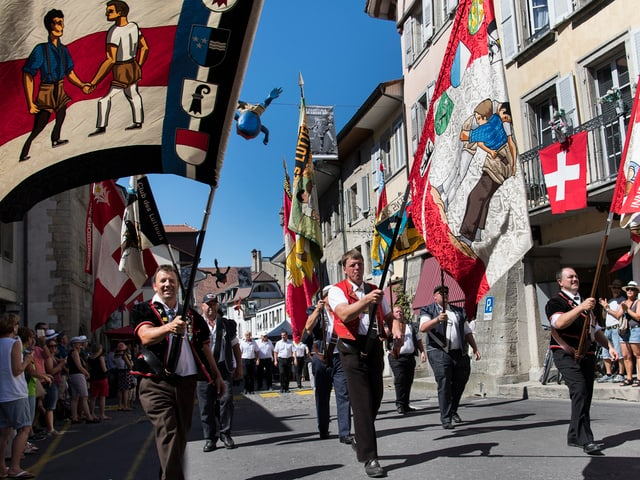 Retschavida da las bandieras en las vias d'Estavayer-le-Lac, ils 26 d'avust 2016.