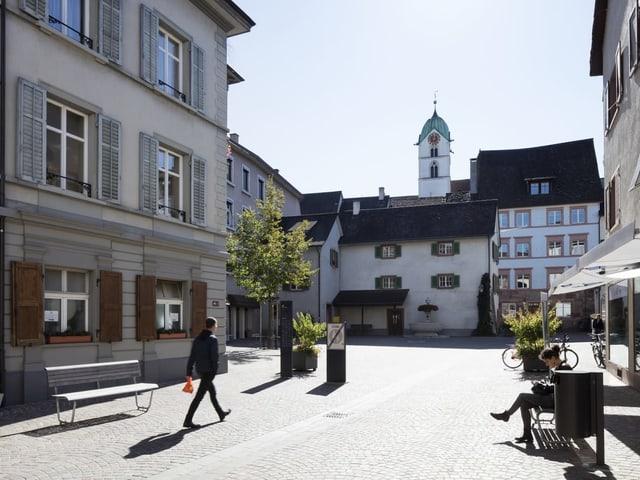 Ein Backstein-Platz in einer Altstadt.