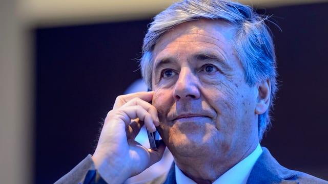 Josef Ackermann telefoniert mit einem Handy