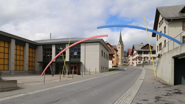 Avant la scola a Meierhof, l'artg da colur blau mellen e cotschen cun las figuras da bronz.