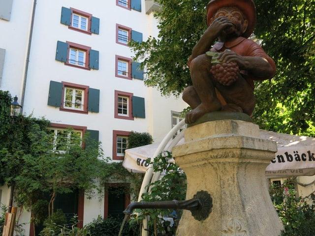 Brunnen mit Affen-Statue.