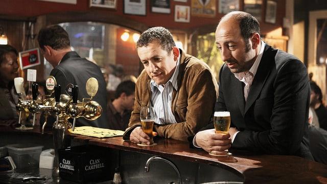 Zwei Männer sitzen an einer Bar.