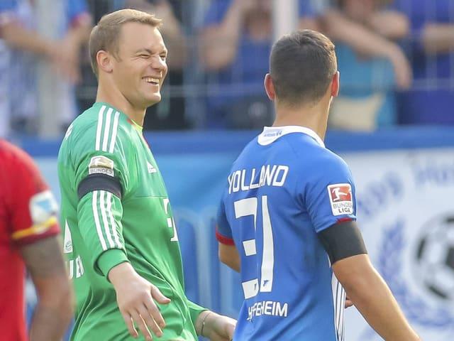 Bayerns Manuel Neuer zwinkert Hoffenheims Volland zu.