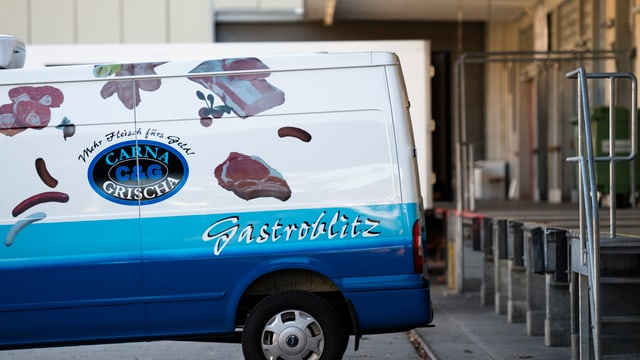 Blick auf einen Lieferwagen vor der Laderampe des Bündner Fleischhandelsunternehmens Carna Grischa in Landquart.