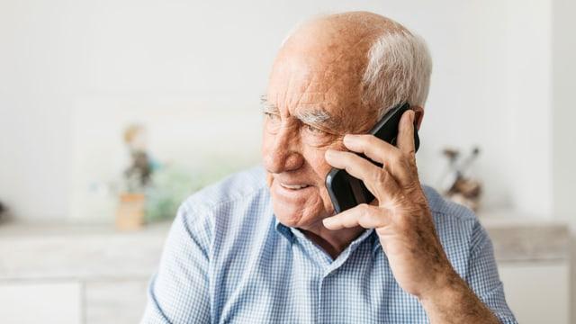 Ein älterer Mann am Telefon.