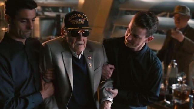 Filmszene: Ein älterer Mann mit Mütze und Sonnenbrille wird im Club von zwei Männern gestützt.