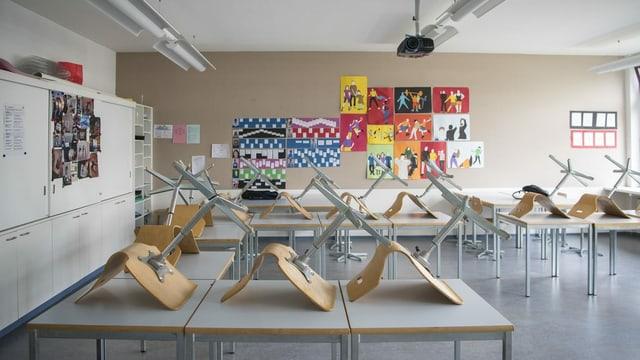 Sutags sin maisa en ina stanza da scola.
