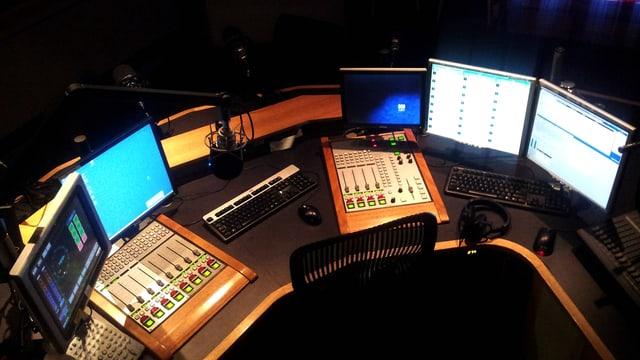 Frau sitzt im Radiostudio vor dem Mikrofon.