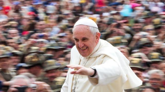 Der Papst strahlt, die Menge staunt.