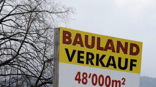 Werbeschild für Bauland-Verkauf.