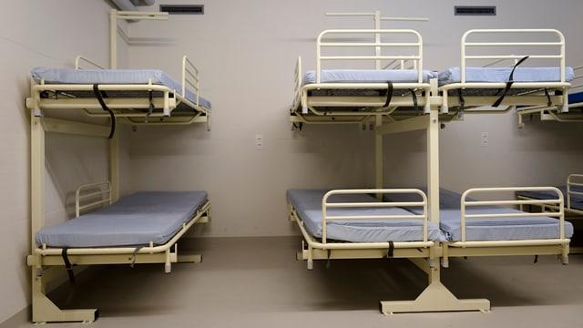 Betten in einer Zivilschutzanlage.