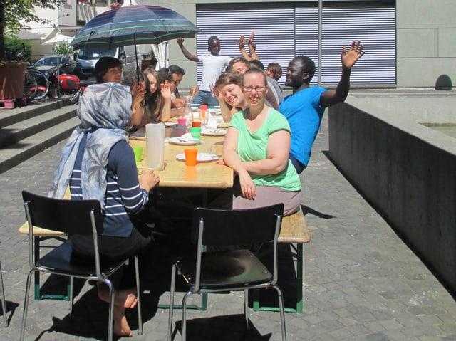 Ein paar Jugendliche sitzen zusammen am Mittagessen.