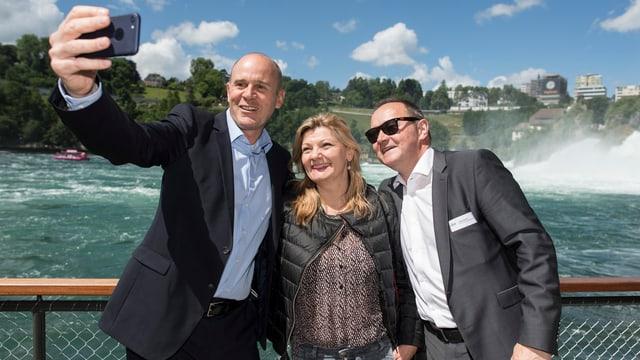 Zwei Männer und eine Frau beim Selfie vor dem Rheinfall.