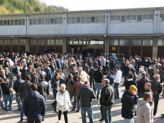 Viele Leute auf dem Areal des Verwertungsdienstes Baselland.