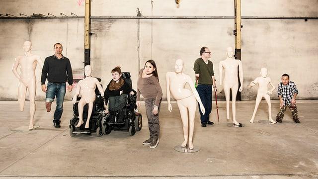 Menschen mit einer Behinderung stehen neben Plastikpuppen