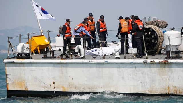 Rettungstaucher haben erstmals Leichen aus dem Innern des gesunkenen Schiffs geborgen. Eine halbe Woche ist nun nach dem Unglück vor der südkoreanischen Küste vergangen. (reuters)