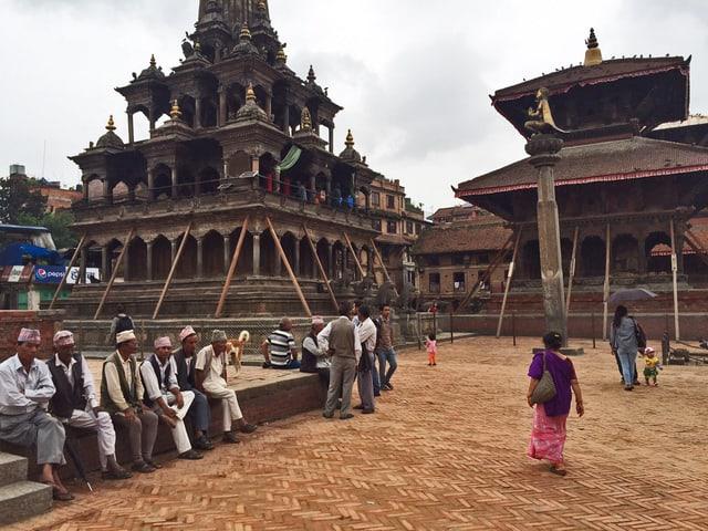 Menschen sitzen auf dem Patan Durbar Square