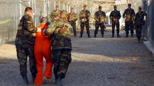 US-Soldaten mit einem Gefangenen