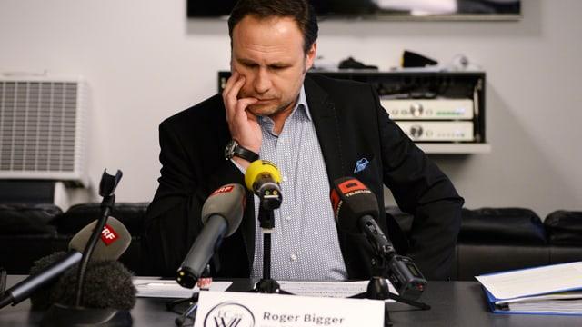 FC-Wil-Präsident Roger Bigger ratlos vor Medienmikrofonen