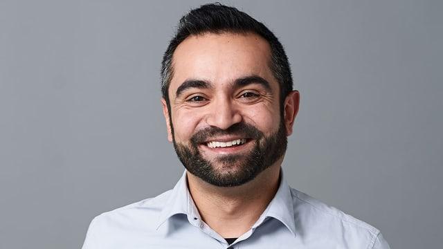 Porträt eines lächelnden Mannes.