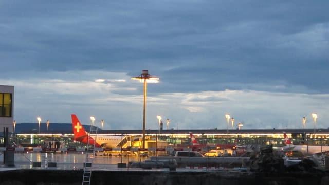 Flughafen Zürich in der Dämmerung.