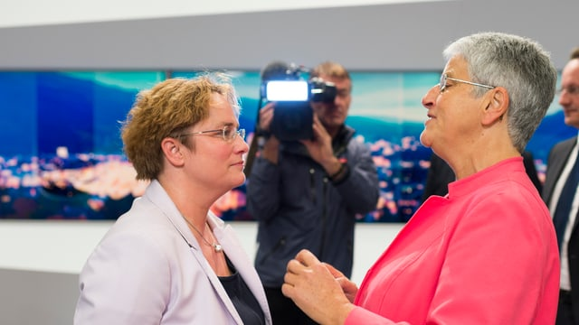 Magdalena Martullo Blocher e Silva Semadeni discurran ensemen.