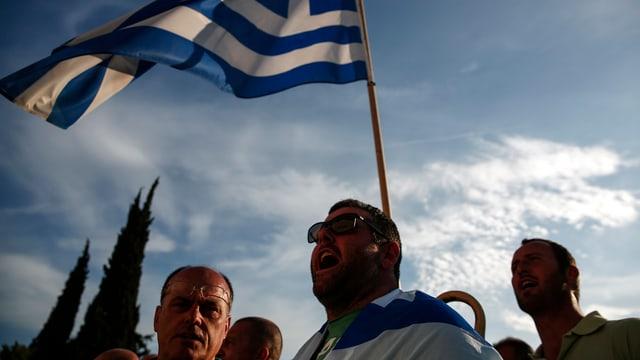 Einige Demonstranten mit einer Griechenland-Flagge.
