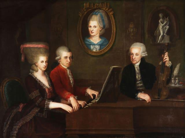 Ölgemälde: Mozart im Duett am Flügel, ein weiterer Mann stützt sich auf den Flügel, ein Bild einer Frau an der Wand dahinter.