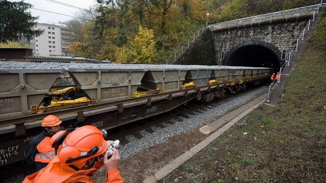 Bahnarbeiter fotografiert den Hauensteintunnel.