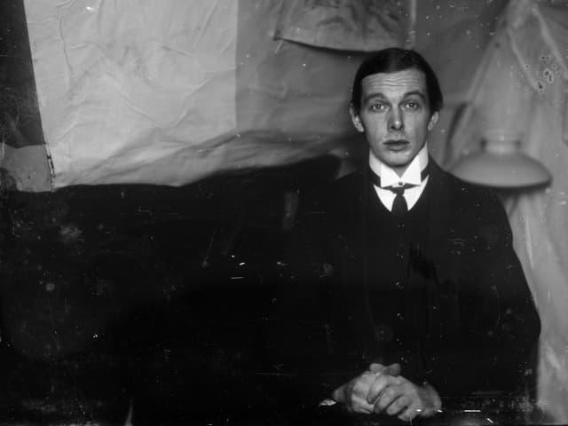 Selbstporträt in der Atelierwohnung in Berlin-Friedenau, 1913/1915.