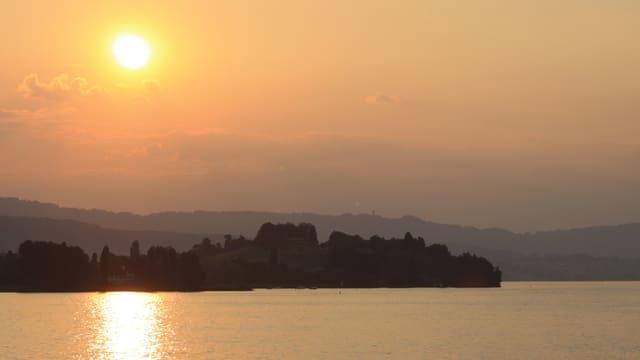 Milchiger Sonnenuntergang über der Halbinsel Au am Zürichsee.