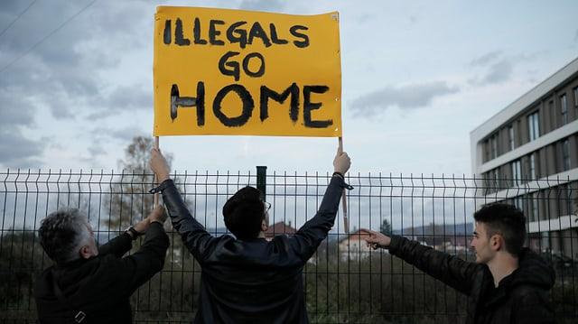 Zu sehen Demonstranten vor einem Migrantenlager in Bosnien.