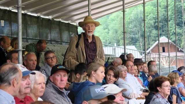 Zuschauer auf einer Tribüne im Freien.