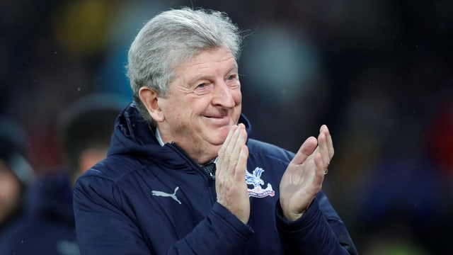 Crystal-Palace-Trainer Roy Hodgson apllaudiert seinem Team.