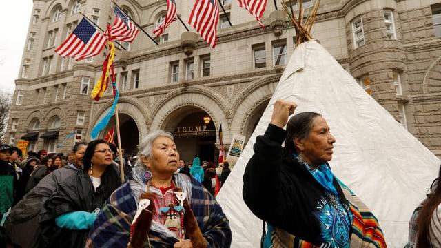 Demonstraten vor dem Trumphotel