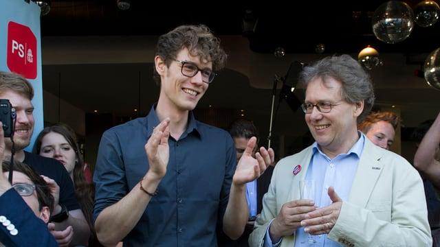 Die Gripengegner, darunter Nikolai Prawdzic, Sekretär der GSoA (links) und Nationalrat Josef Lang, feiern ihren Sieg in der Gripen-Abstimmung.