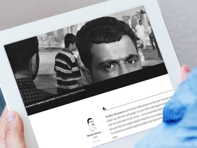 Mann hält Tablet in der Hand, auf dem Ausschnitt der thematisierten Website zu sehen ist.