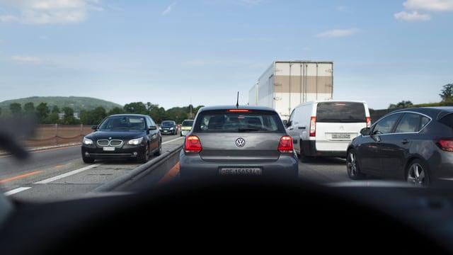 Aufnahme aus einem Auto heraus durch die Frontscheibe, die Autos stauen sich auf der Autobahn.