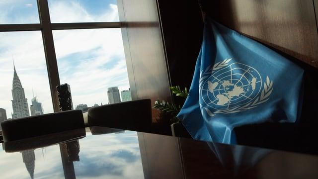 UNO-Flagge über Stuhl, Blick auf Manhatten