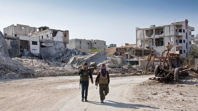 Cumbattants da la milissa curda YPG en la citad Kobane en la Siria dal Nord.