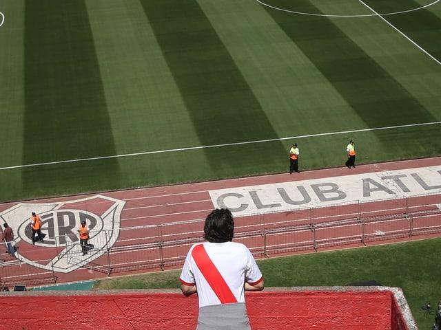 Ein Fan im Fussball-Stadion von River Plate