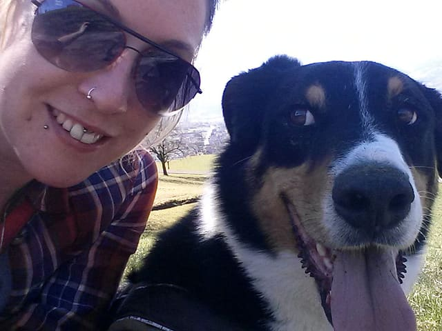 Julia Dillier und ihr Hund.