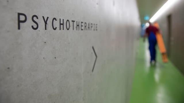 Gang im Gebäude einer Strafanstalt für psychisch kranke Täter.