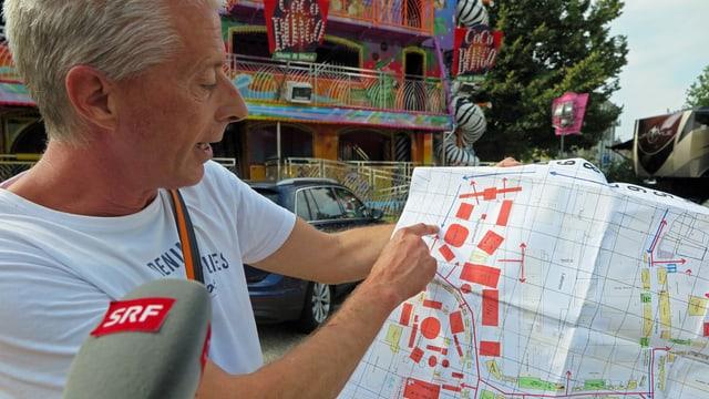Chilbi-Chef Christoph Koch zeigt auf einen Plan